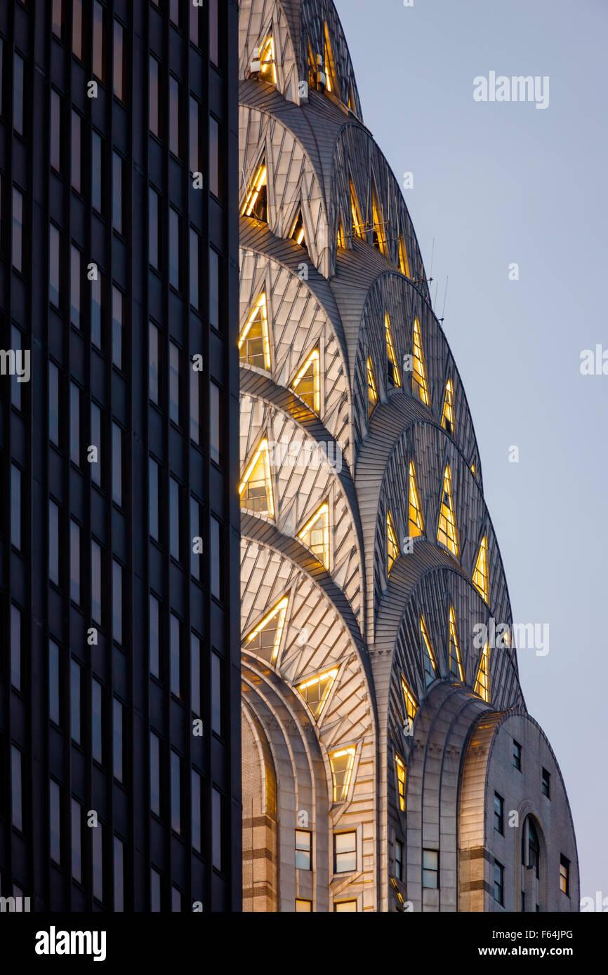 Detail der beleuchtete Jugendstil-Krone von Midtown Manhattan Chrysler Building vor Einbruch der Dunkelheit. New Stockbild