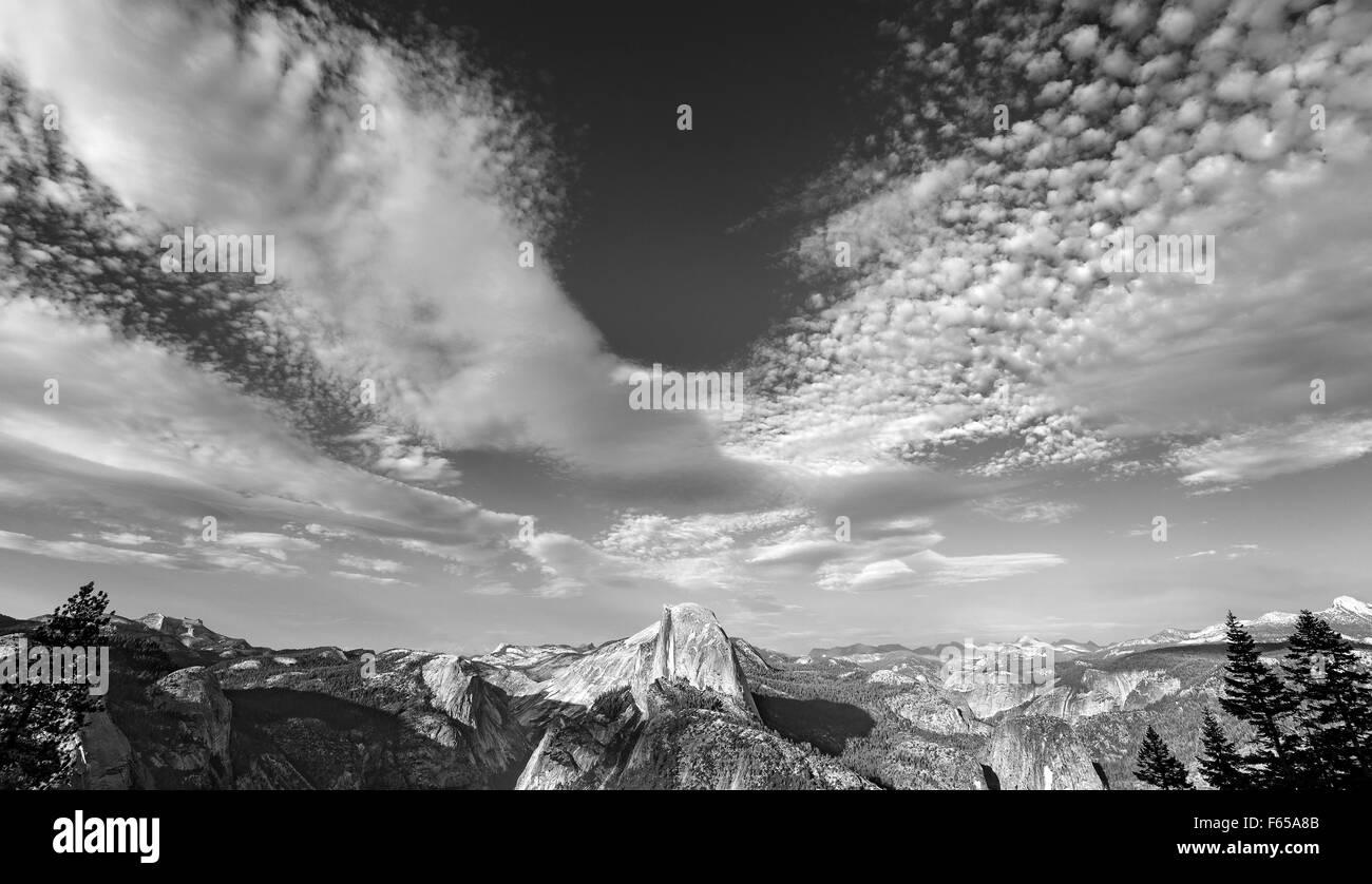 Schwarz / weiß Foto von Wolkengebilde über Half Dome im Yosemite National Park, USA. Stockbild