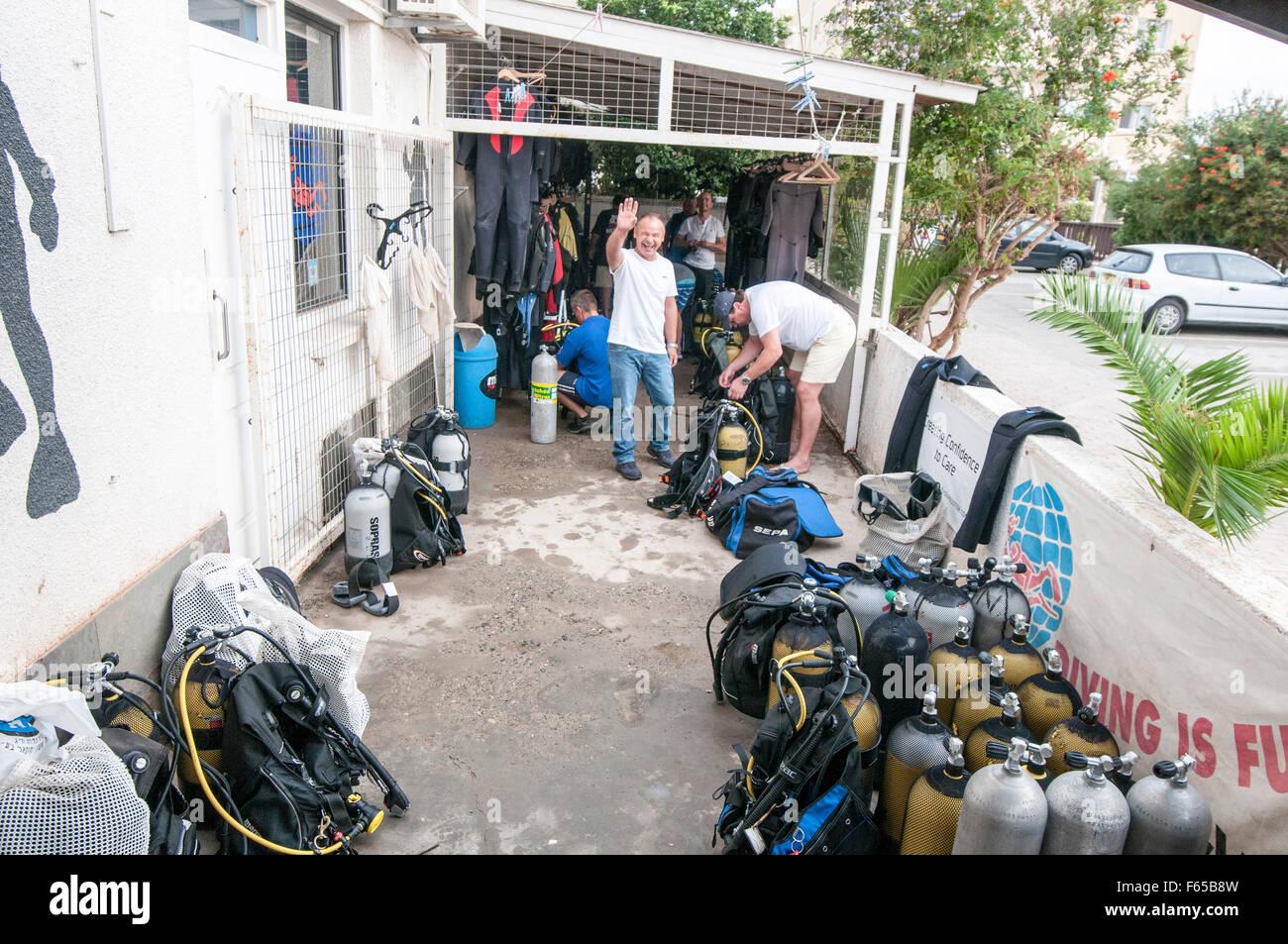 Ein Tauchclub in Larnaca, Zypern. Taucher bereiten ihre Ausrüstung Stockbild