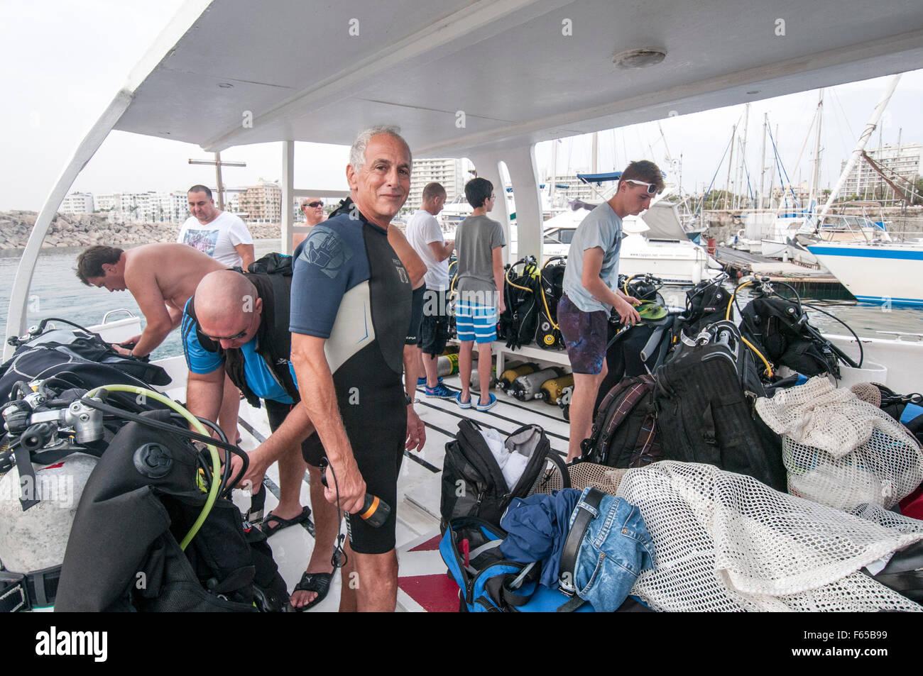 Ein Tauchclub in Larnaca, Zypern. Taucher bereiten ihre Ausrüstung auf dem Tauchboot vor seiner Abreise nach Stockbild