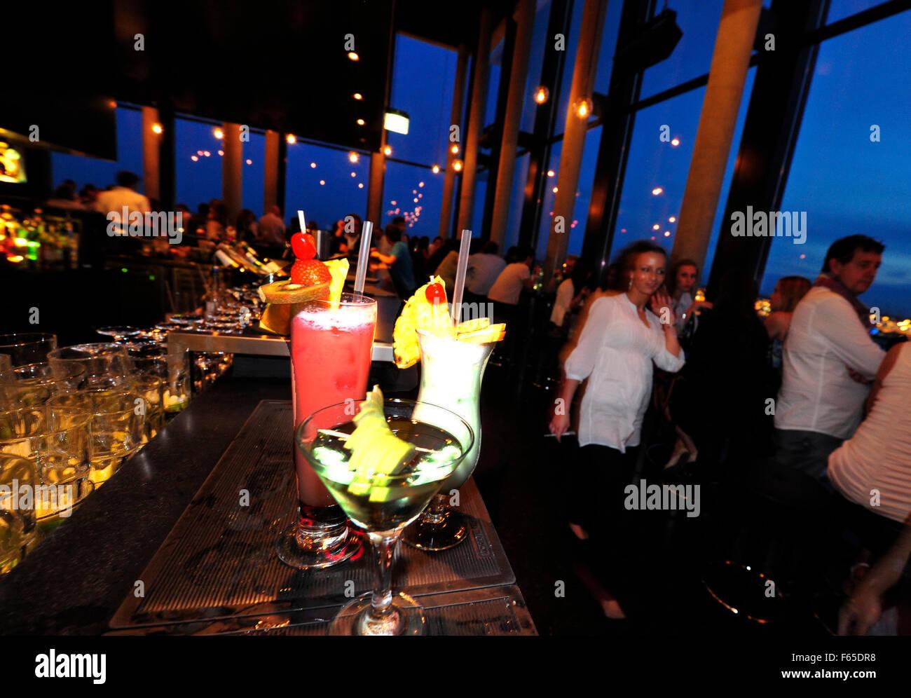 Menschen in Bar 20up im Empire Riverside Hotel Skybar