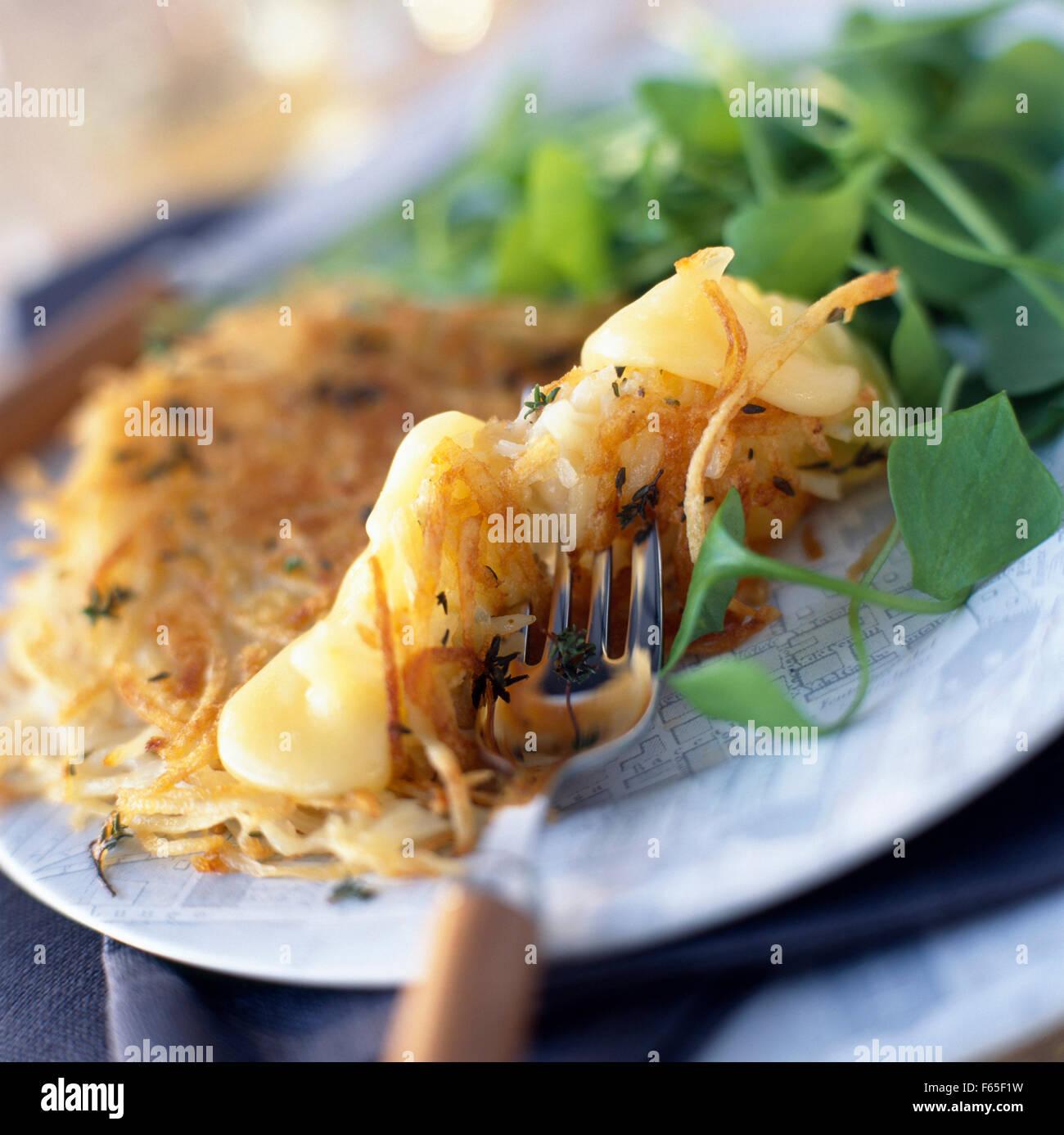 Saint-Nectaire und Kartoffel herzhafte Pfannkuchen Stockfoto