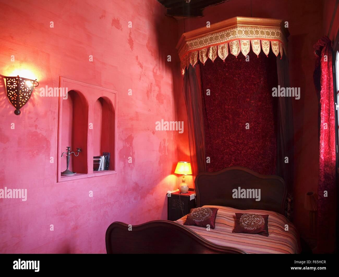 Ein orientalisches Schlafzimmer dekoriert in Rot-Ton, Larache ...