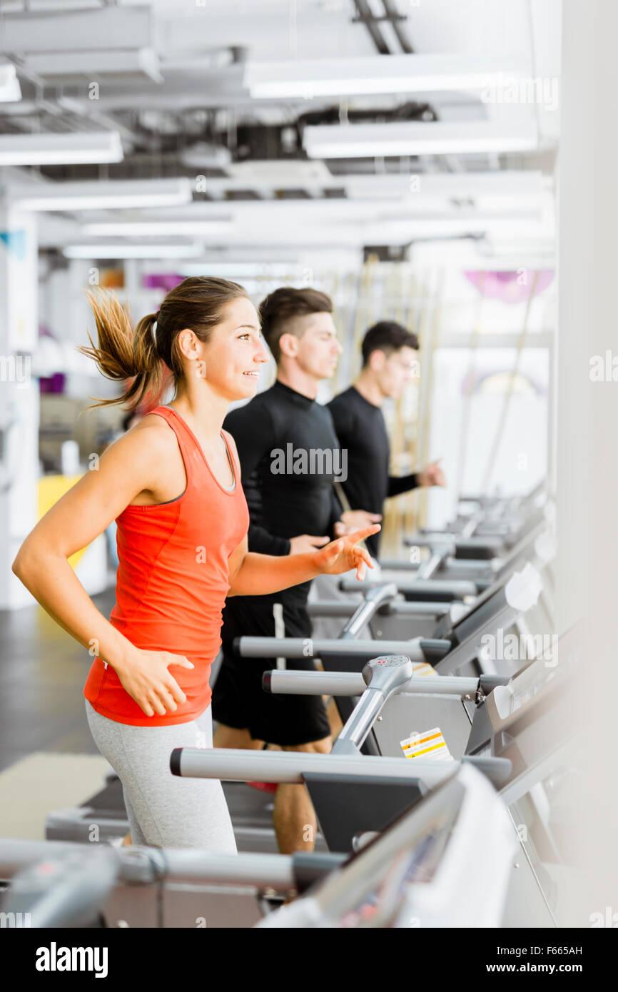 Gruppe junger Leute laufen auf Laufbändern in einem Fitnesscenter Stockbild