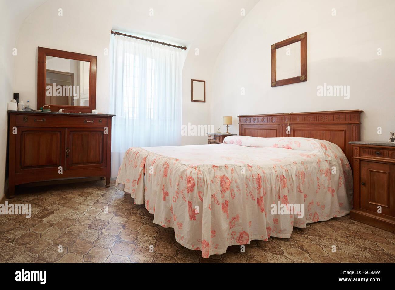 Altes Schlafzimmer mit Queensize-Bett im alten Haus Stockfoto, Bild ...