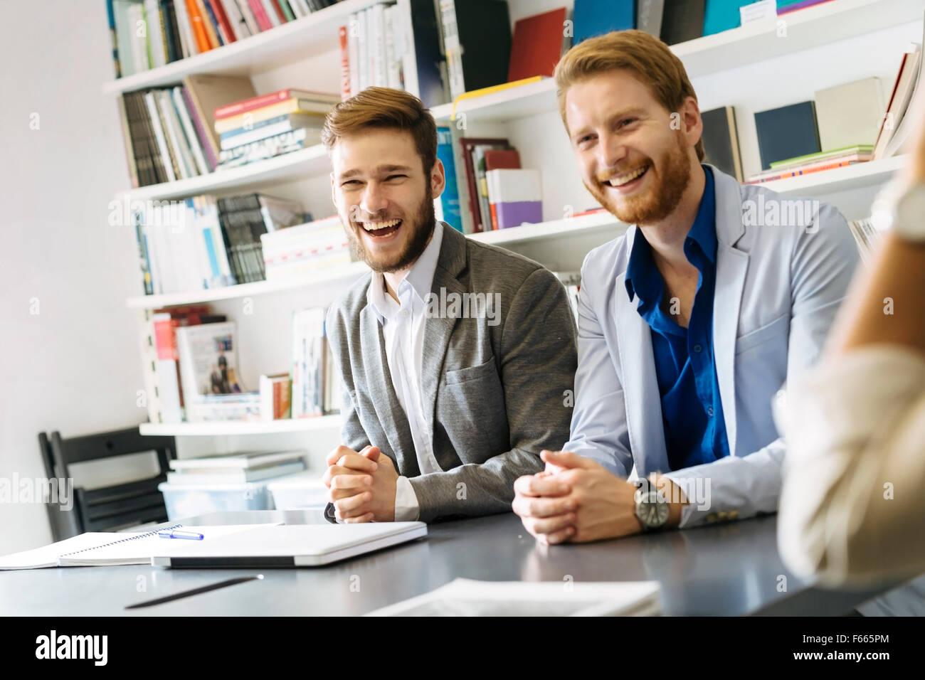 Geschäft zu Lächeln und Lachen mit freundlichen Grüßen Stockbild