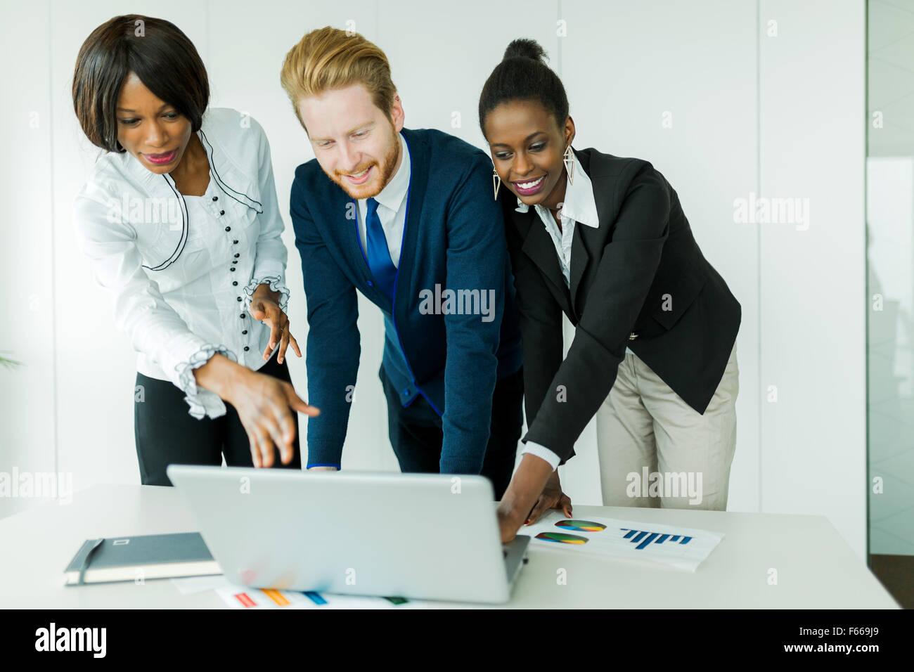 Geschäft, glücklich, schön gekleidet multi-ethnischen Menschen in einem sauberen, weißen Büro Stockbild