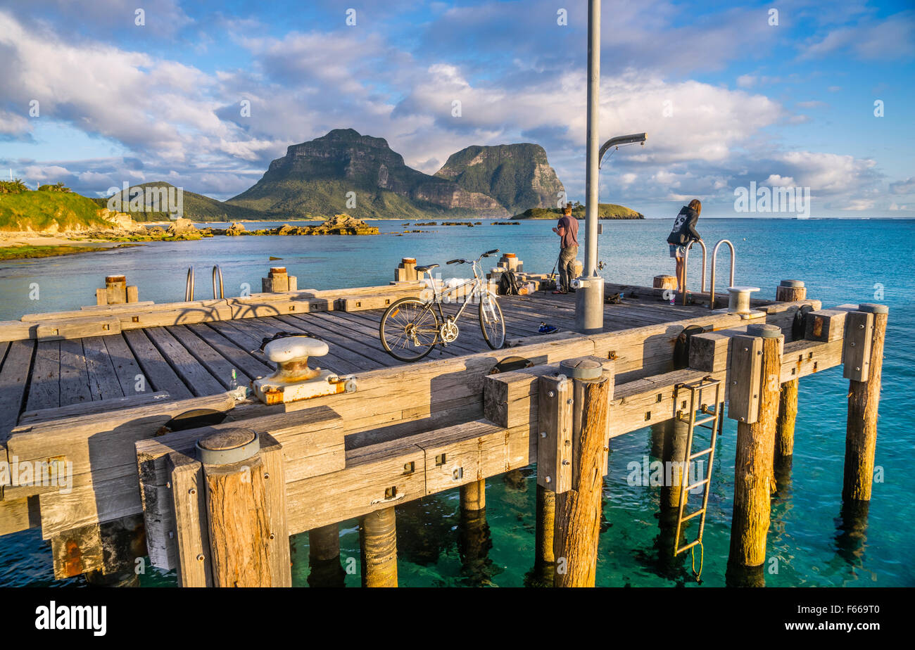 Lord-Howe-Insel, Tasmansee, New South Wales, Australien, Angeln vom Steg auf Lord Howe Island Lagune Stockbild