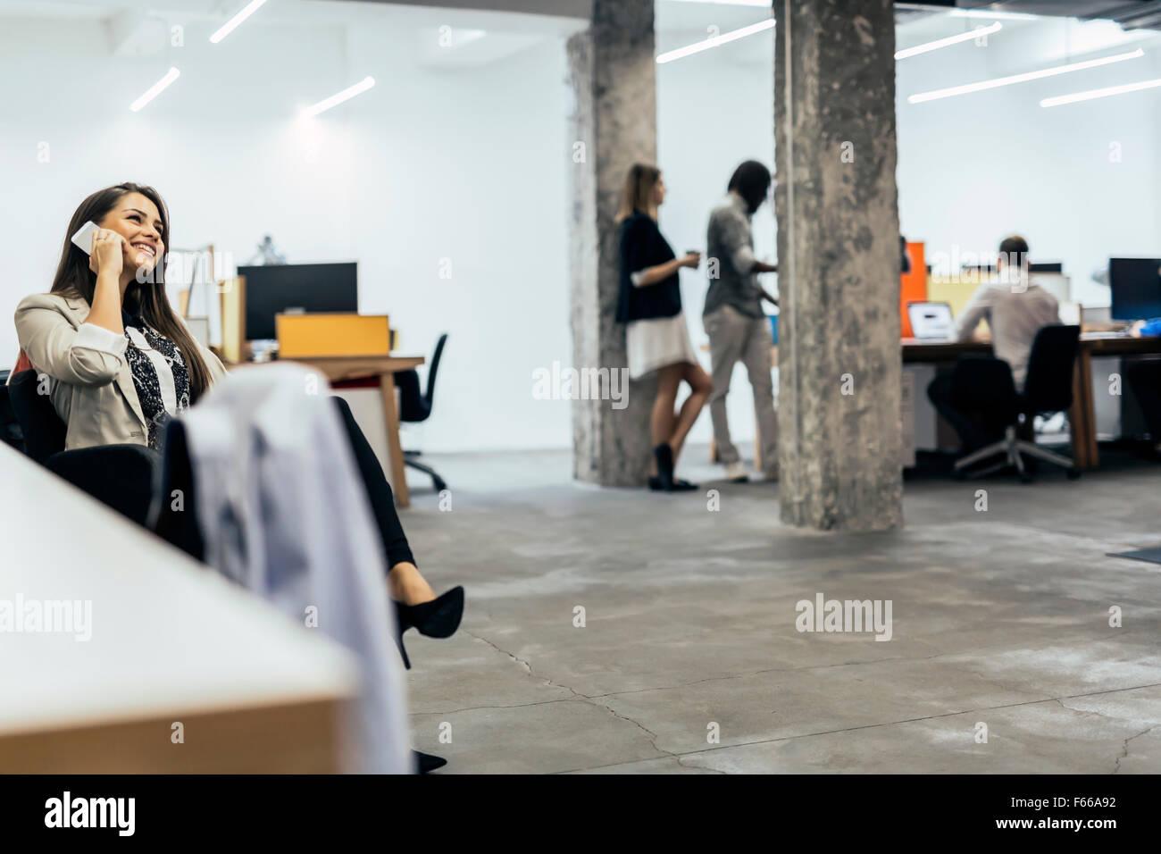 Zuversichtlich, Business-Frau mit Telefon im Büro Stockbild