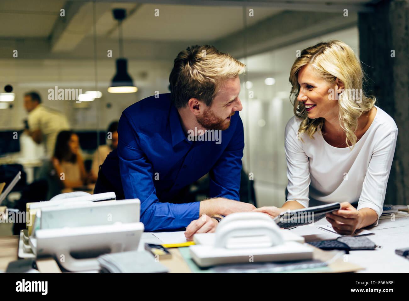 Zwei Designer, sprechen über mögliche Trends Ideen und neue Mode-Stile. Teamarbeit Stockbild