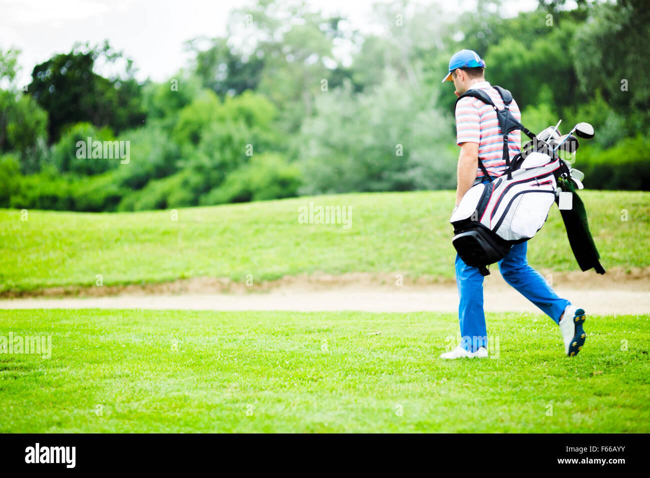 Golfer seine Ausrüstung an einem schönen sonnigen Tag Stockbild