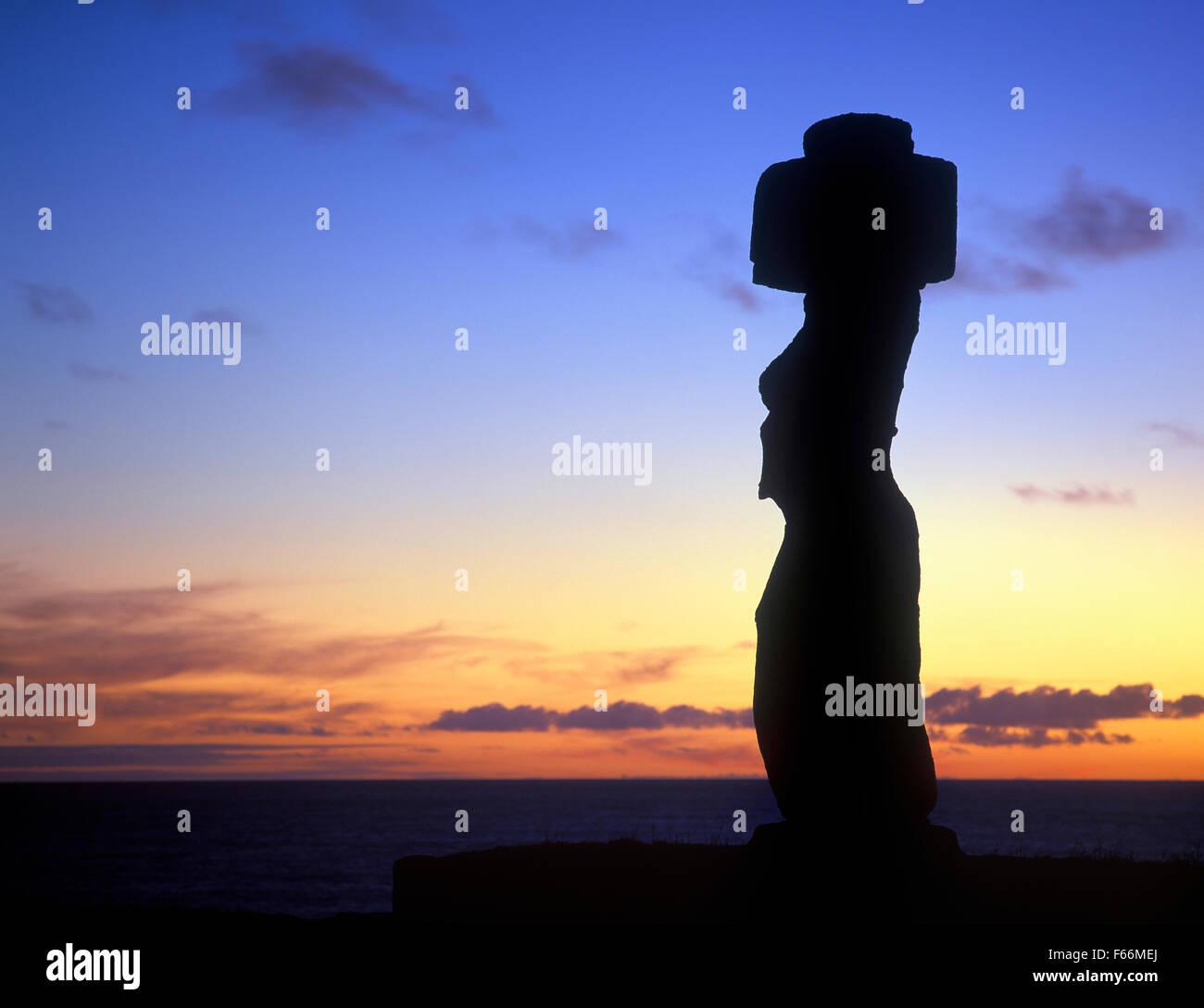 Osterinsel, Sonnenuntergang hinter der Statue Ahu Ko Te Riku Stockbild