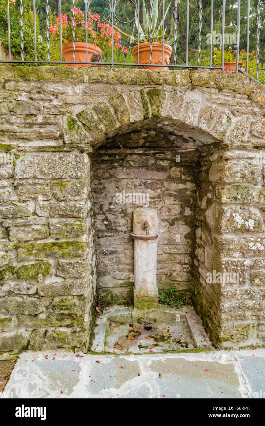 brunnen in mittelalterlichen bergdorf in der toskana zeichnet sich