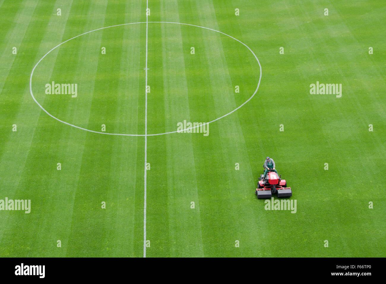 Rasenmahen Auf Dem Fussballplatz Stockfoto Bild 89890920