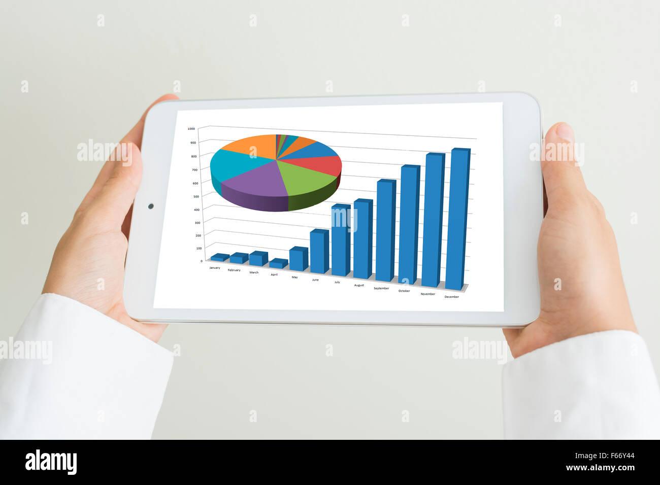 Hände halten das Tablet als Business-tool Stockbild