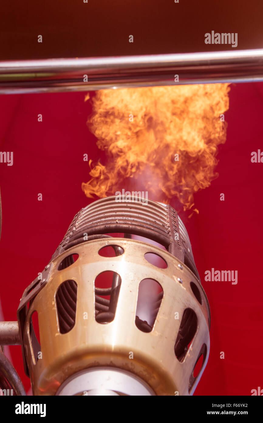Gasflamme Heizung Heißluftballon um Aufstieg zu helfen. Stockbild