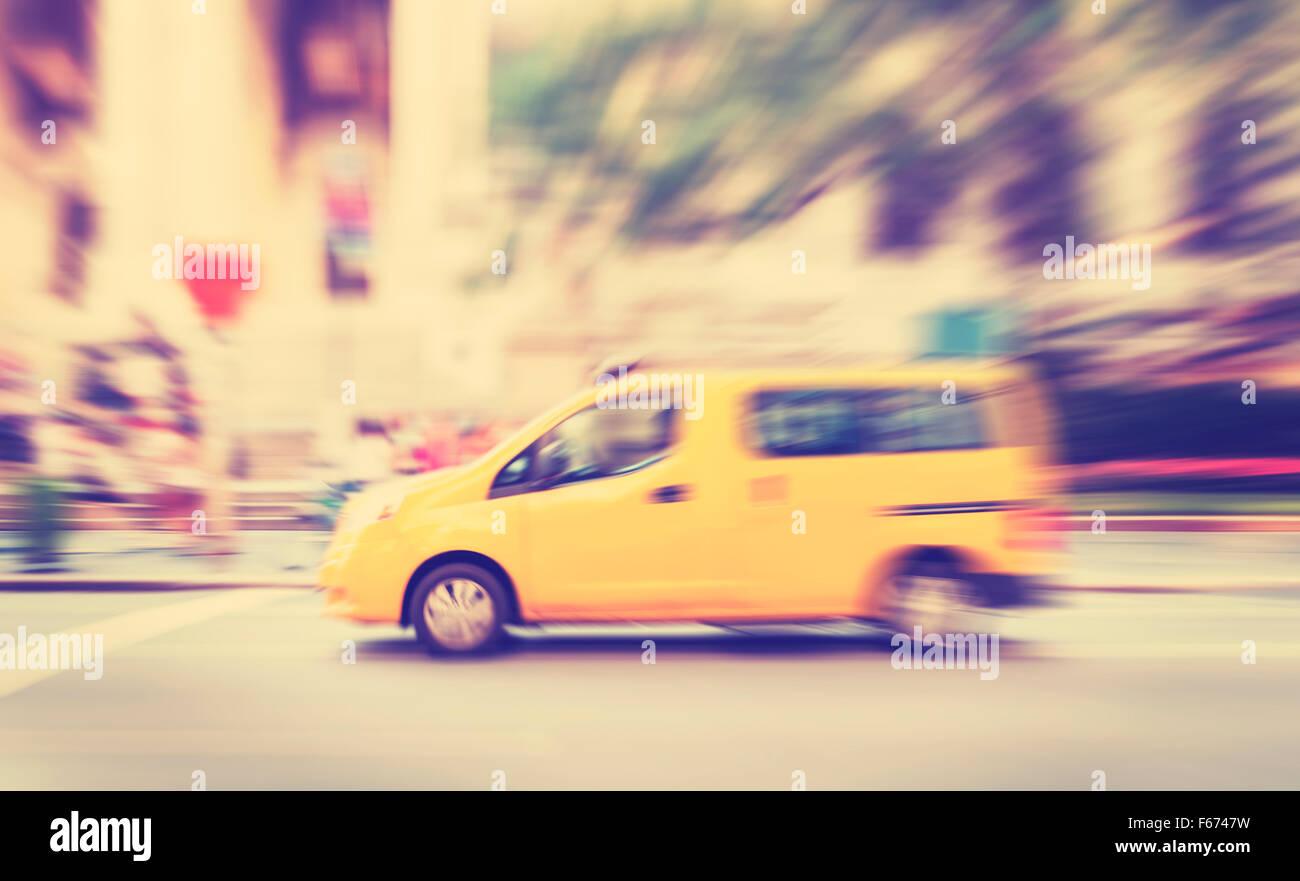 Vintage getönten Bewegung verwischt gelbes Taxi auf einer Straße. Stockbild