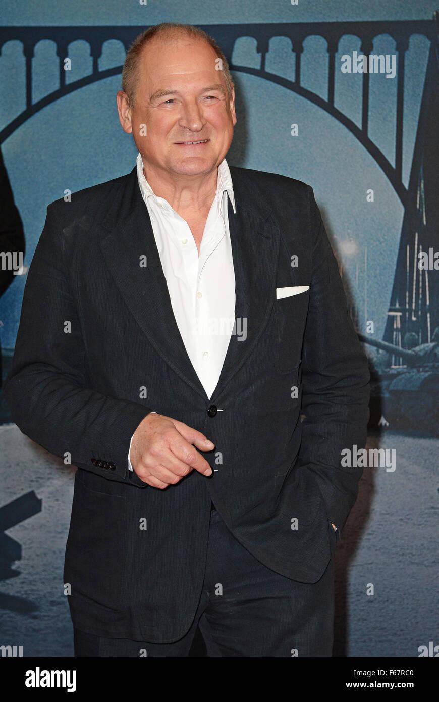 Berlin, Deutschland. 13. November 2015. Deutscher Schauspieler Burghart Klaußner kommt bei der Premiere des Stockbild