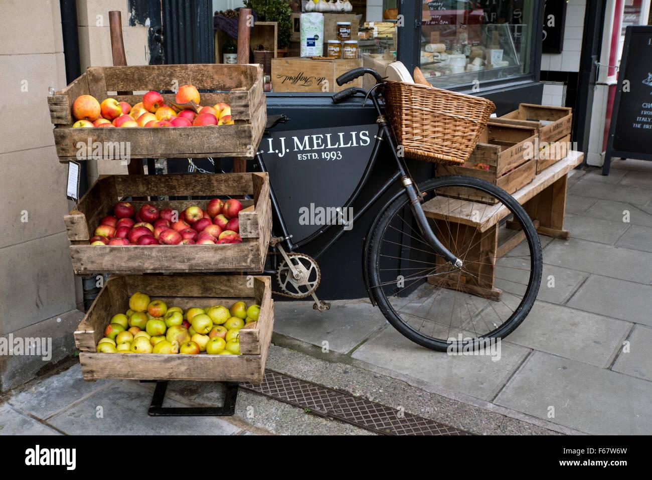 Kisten mit Äpfeln auf dem Display außerhalb des Ladens von I J Mellis, Käsehändler in Stockbridge, Stockbild