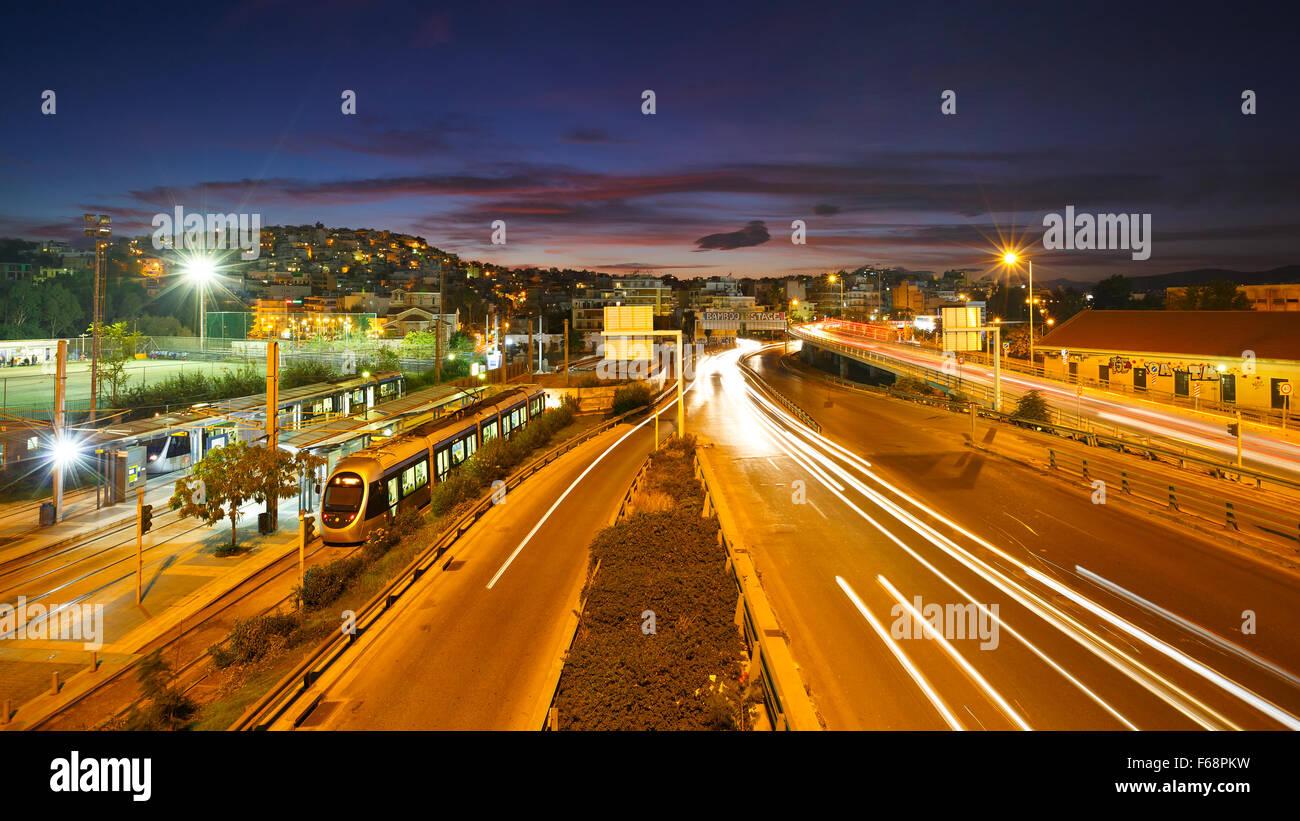 Autobahn zwischen Athen und Piräus und Endstation der Straßenbahnlinie in Piräus Stockbild