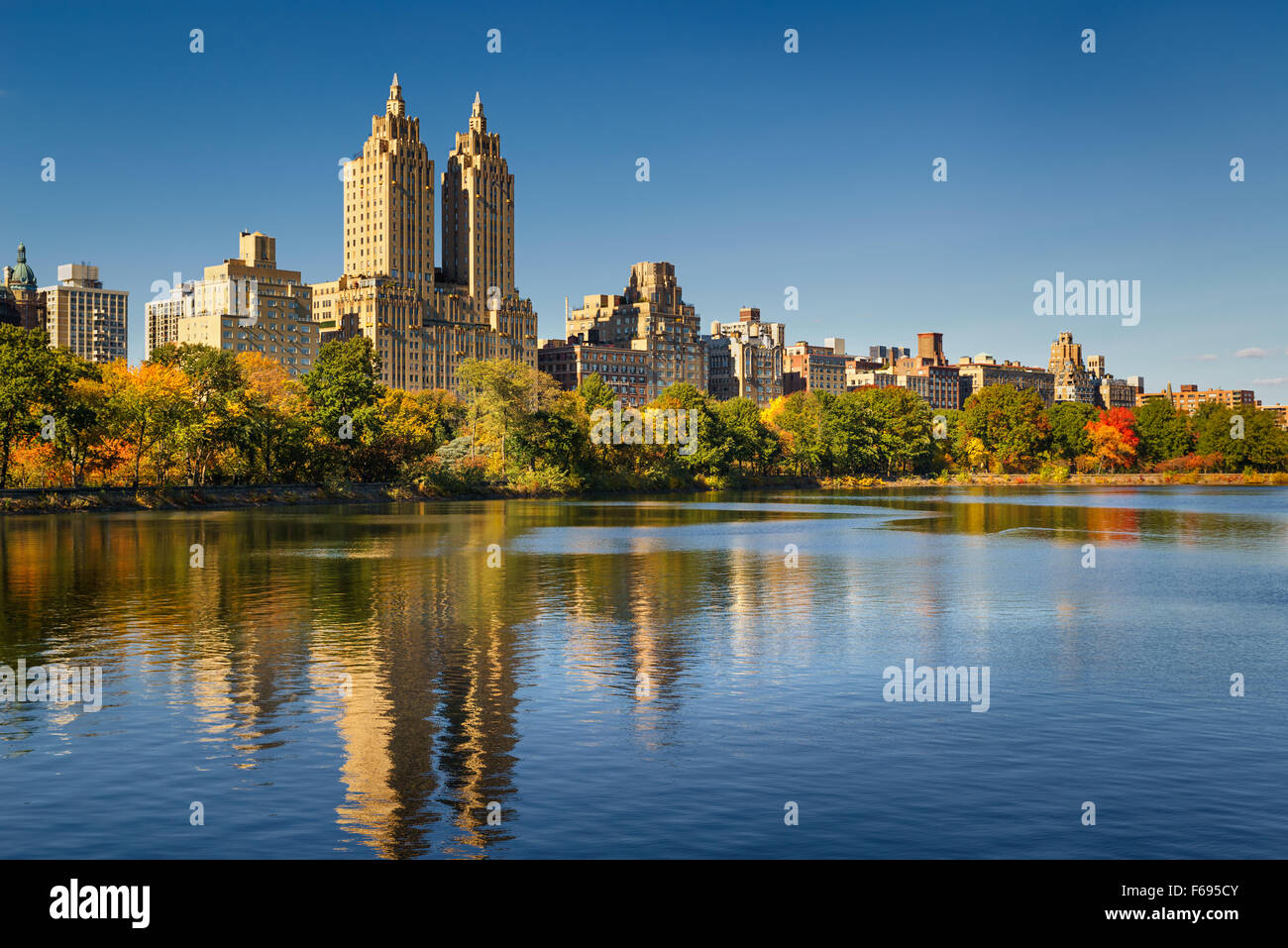 Central Park Jacqueline Kennedy Onassis Reservoir, Herbstlaub und Upper West Side in am Nachmittag Licht. Manhattan, Stockbild