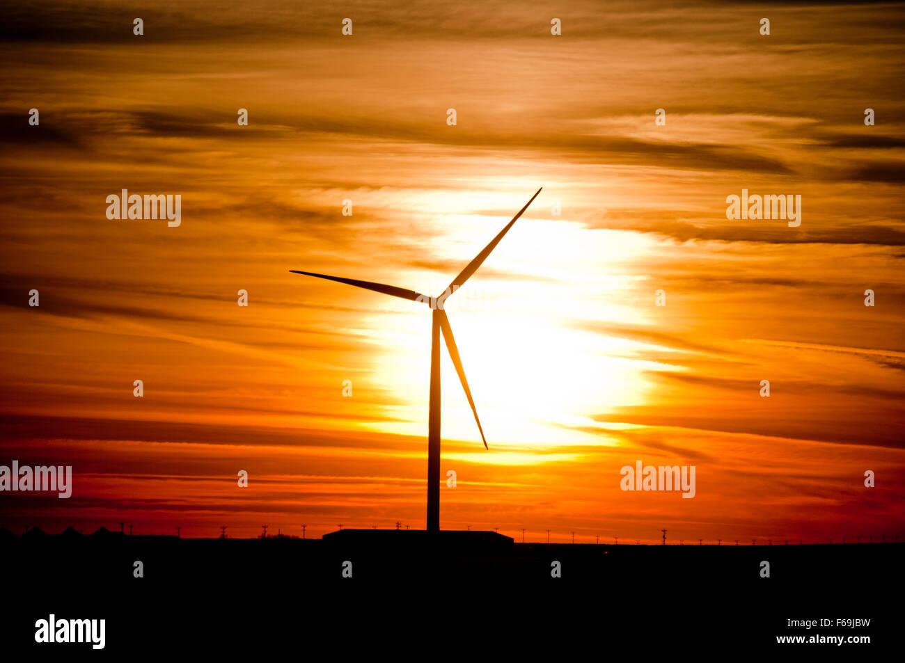Windgenerator bei Sonnenuntergang in Elmore County, ID Stockbild