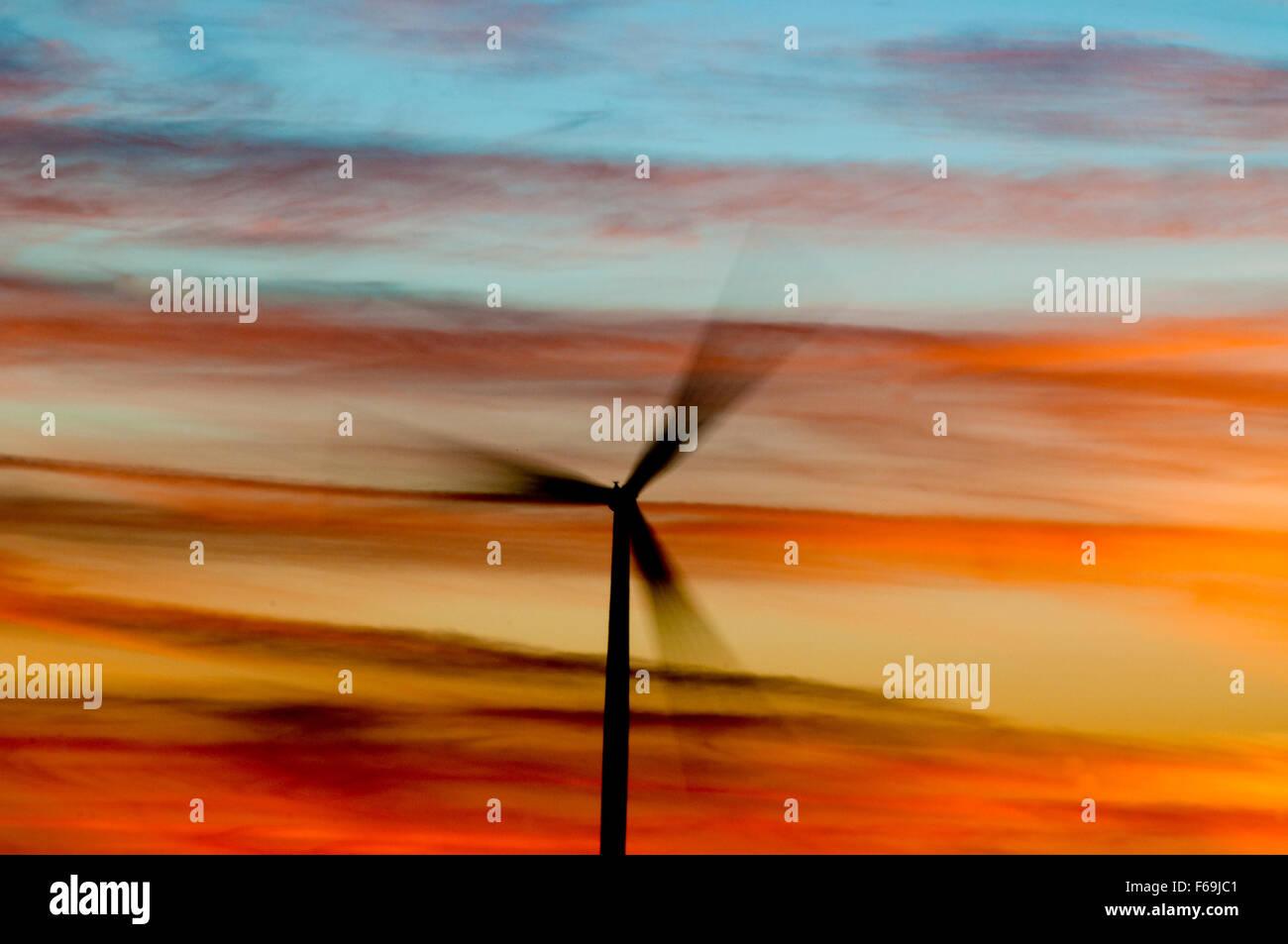 Windgenerator Spinnerei bei Sonnenuntergang in Elmore County, ID Stockbild