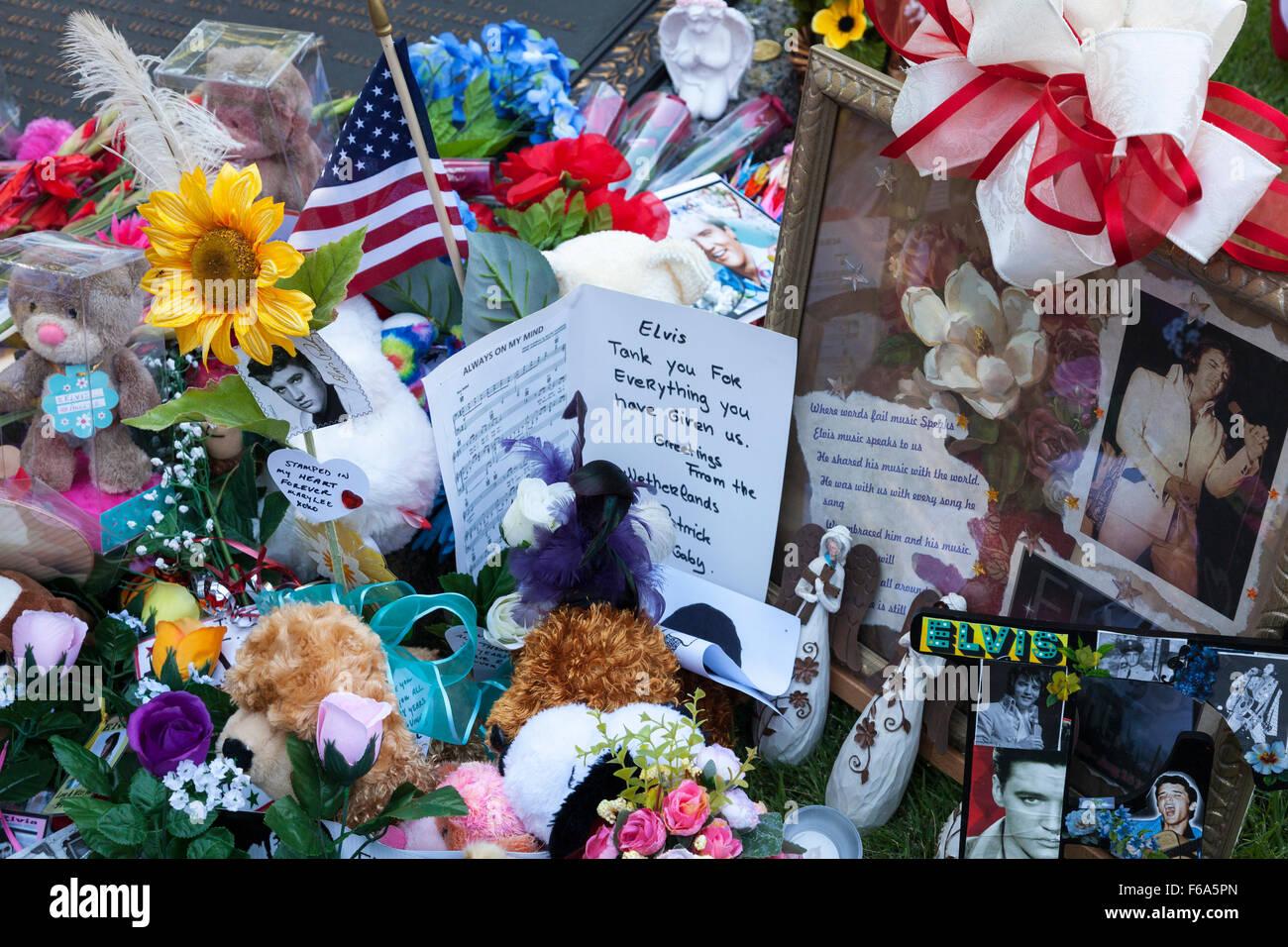 Floral Tribute an Elvis Presleys Grabstein in der Meditation Garden in Graceland, Memphis, Tennessee, USA Stockbild