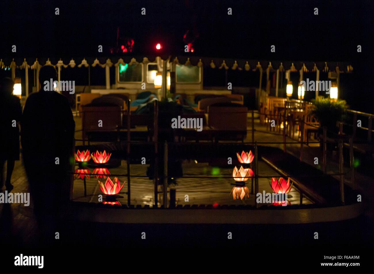 """Pool-Deck des Flusses """"Road to Mandalay"""" Kreuzfahrtschiff in Myanmar in der Nacht. Ruhige Szene mit schwimmenden Stockbild"""