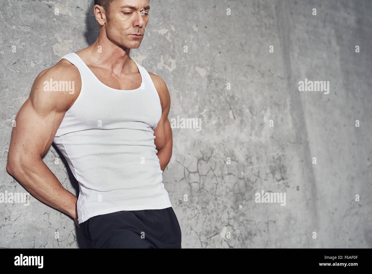 Fitness Konzept Porträt des weißen Mannes, Fit und gesund, weißes Tanktop, Fitnesskonzept hautnah Stockbild