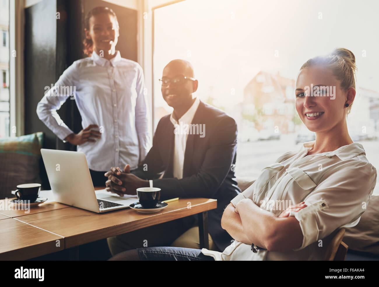 Gruppe der erfolgreiche Unternehmer, Geschäftsleute, multi-ethnische Gruppe arbeiten Stockbild