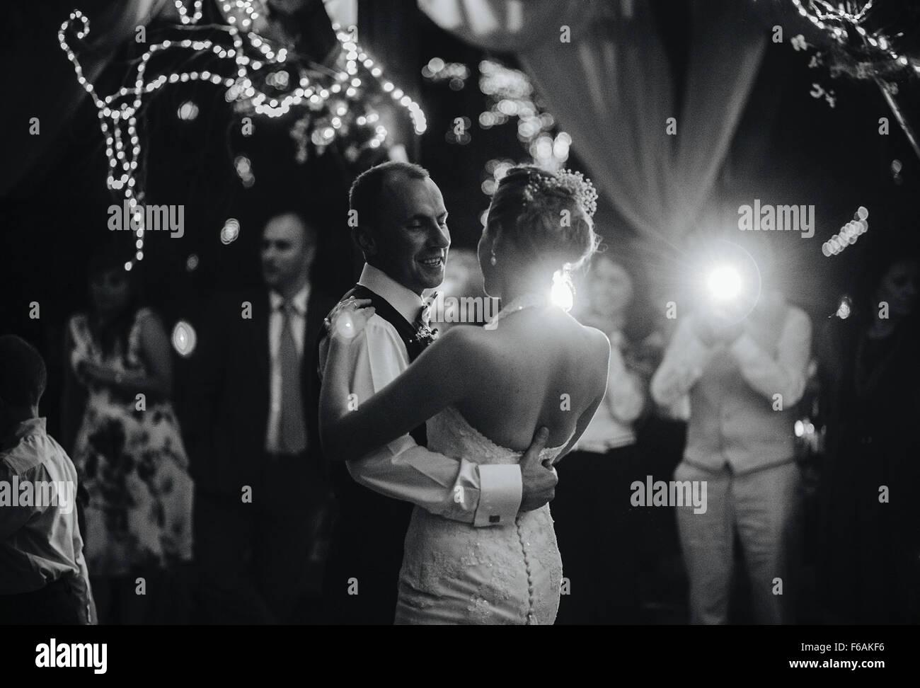 Hochzeitstanz von schönes paar Stockbild