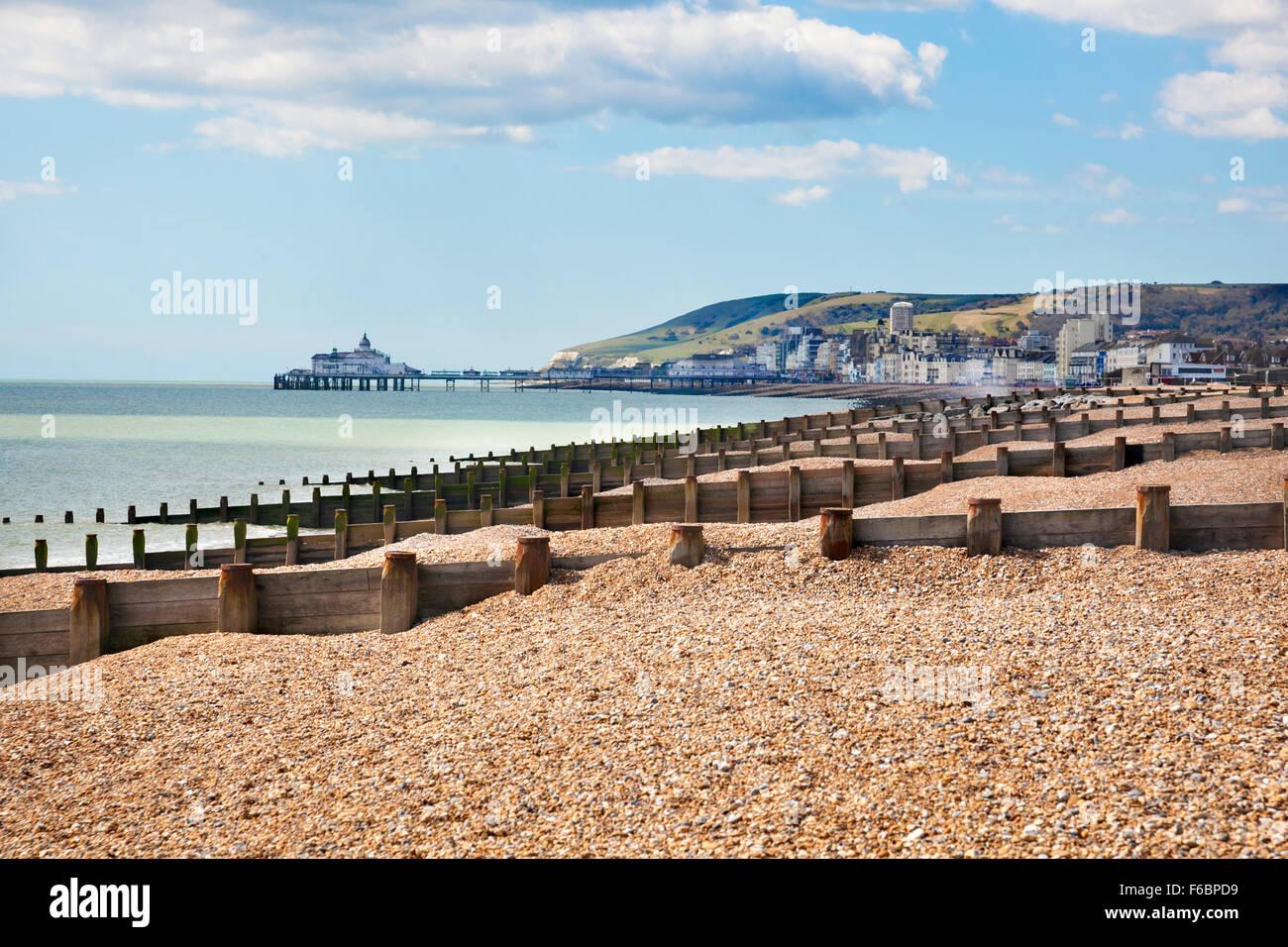 Ansicht von Eastbourne Pier und Beachy Head Klippen in der Ferne, Eastbourne, Großbritannien Stockfoto