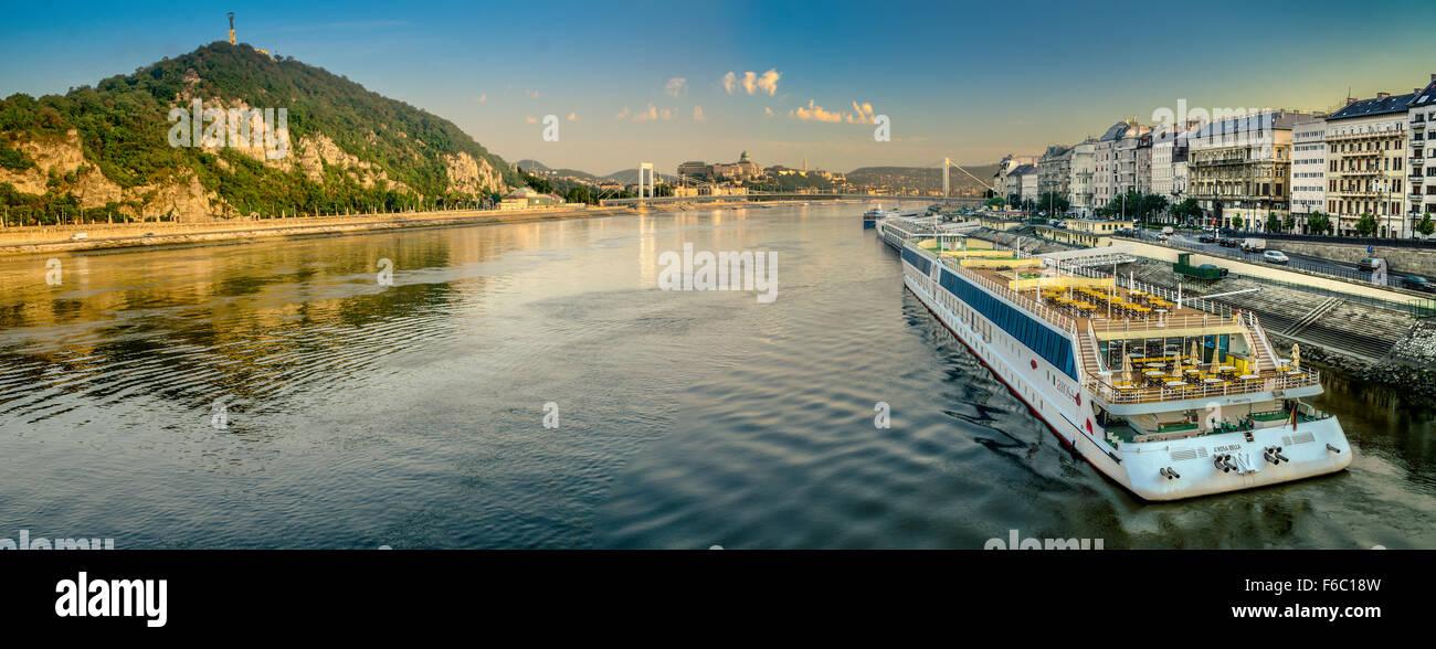 Budapest ist auf der Donau. Die Stadt gliedert sich in die Stadtteile Buda und Pest. Stockbild