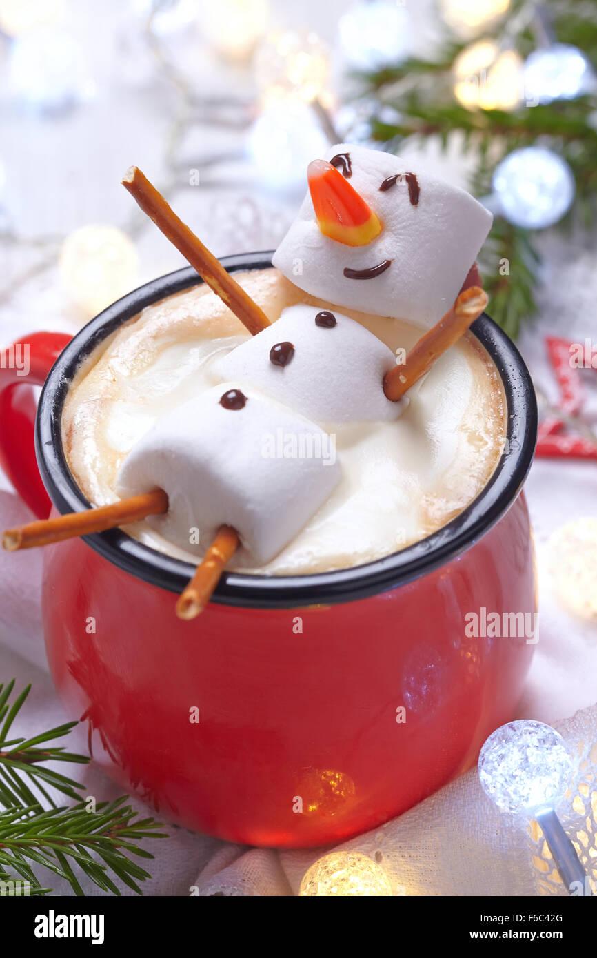 rote tasse mit hei er schokolade mit geschmolzenem marshmallow schneemann stockfoto bild. Black Bedroom Furniture Sets. Home Design Ideas