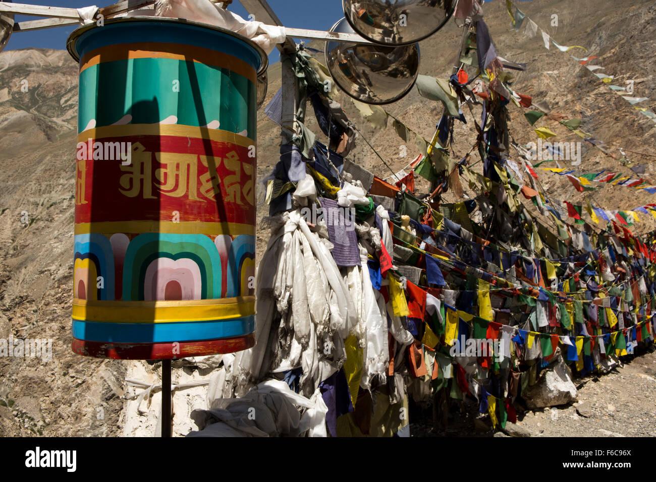 Indien, Himachal Pradesh, Kinnaur, Dirasang, Gebetsfahnen und Wind angetrieben Gebetsmühle am Straßenrand Stockbild