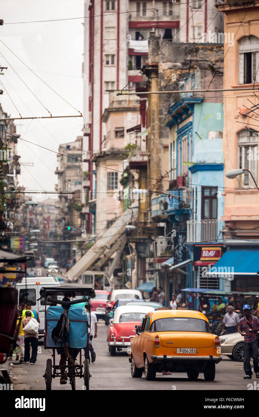 Oldtimer auf der Straße, alte amerikanische Straßenkreuzer auf den Straßen von Havanna, Taxi, La Stockbild