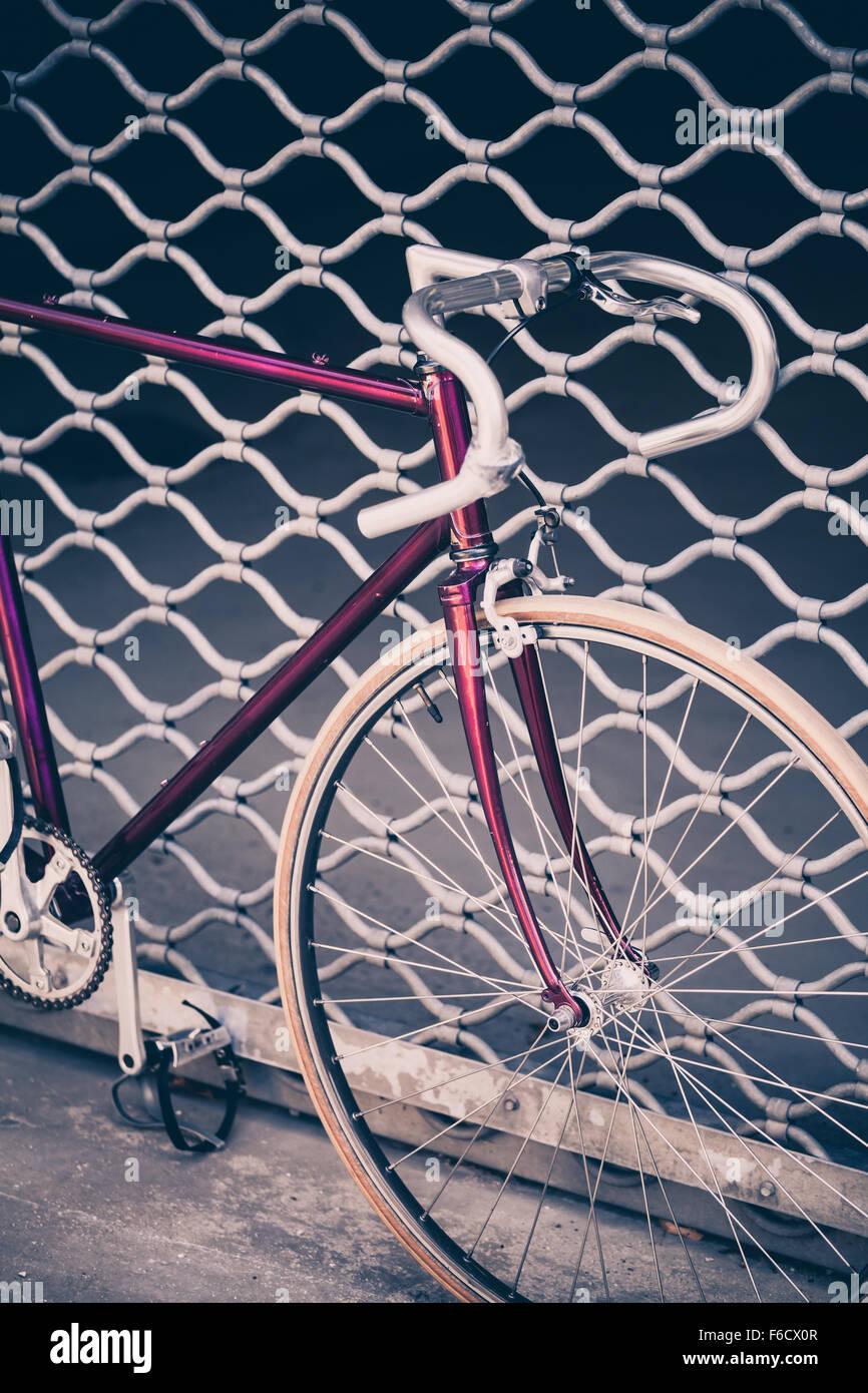 Rennrad, Fixed Gear Rad Auf Stadt Beton Straße. Städtischen Industriellen  Radfahren, Garagentor Oder Tor Auf Stadt Szene Fahrrad Closeup