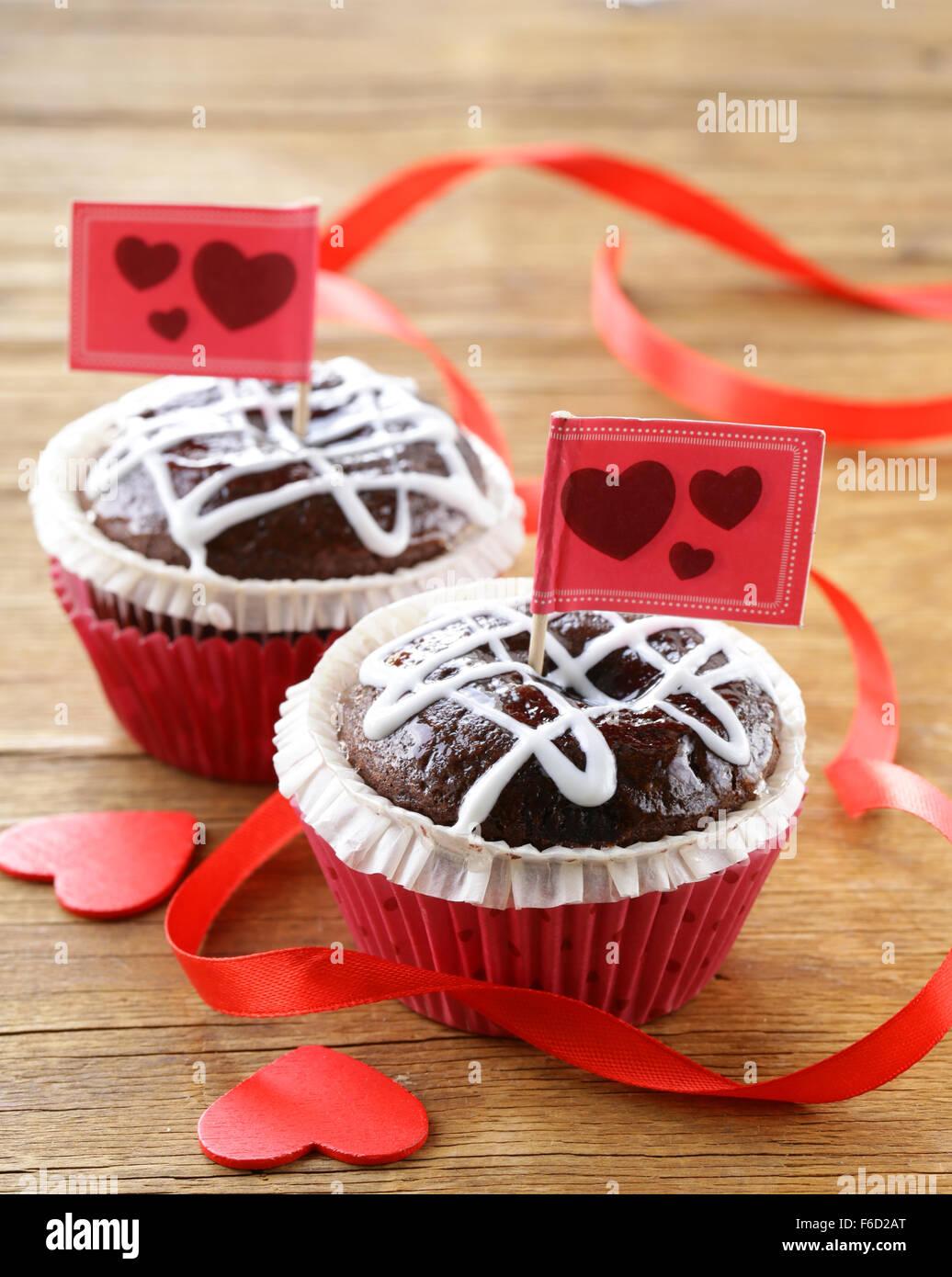 Festliche Kuchen zum Valentinstag, Schoko-Muffin mit roten Herzen Stockbild