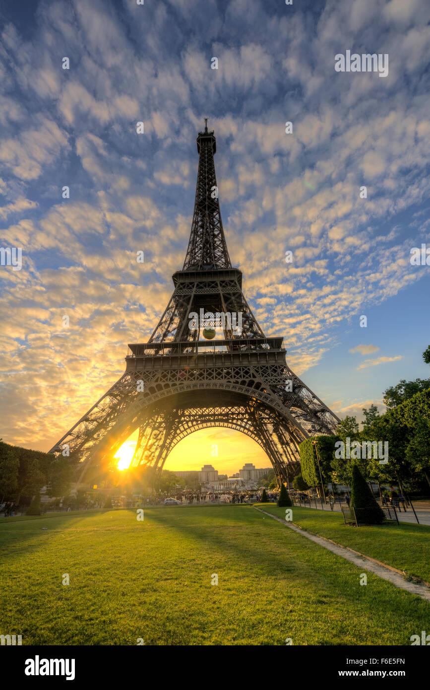 Sonnenuntergang hinter dem Eiffelturm, Champ de Mars, Paris, Ile de France, Frankreich Stockbild