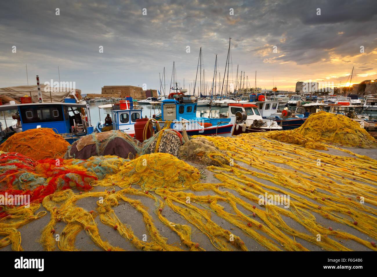 Angelboote/Fischerboote und Fischernetze im alten Hafen von Heraklion auf Kreta, Griechenland Stockbild