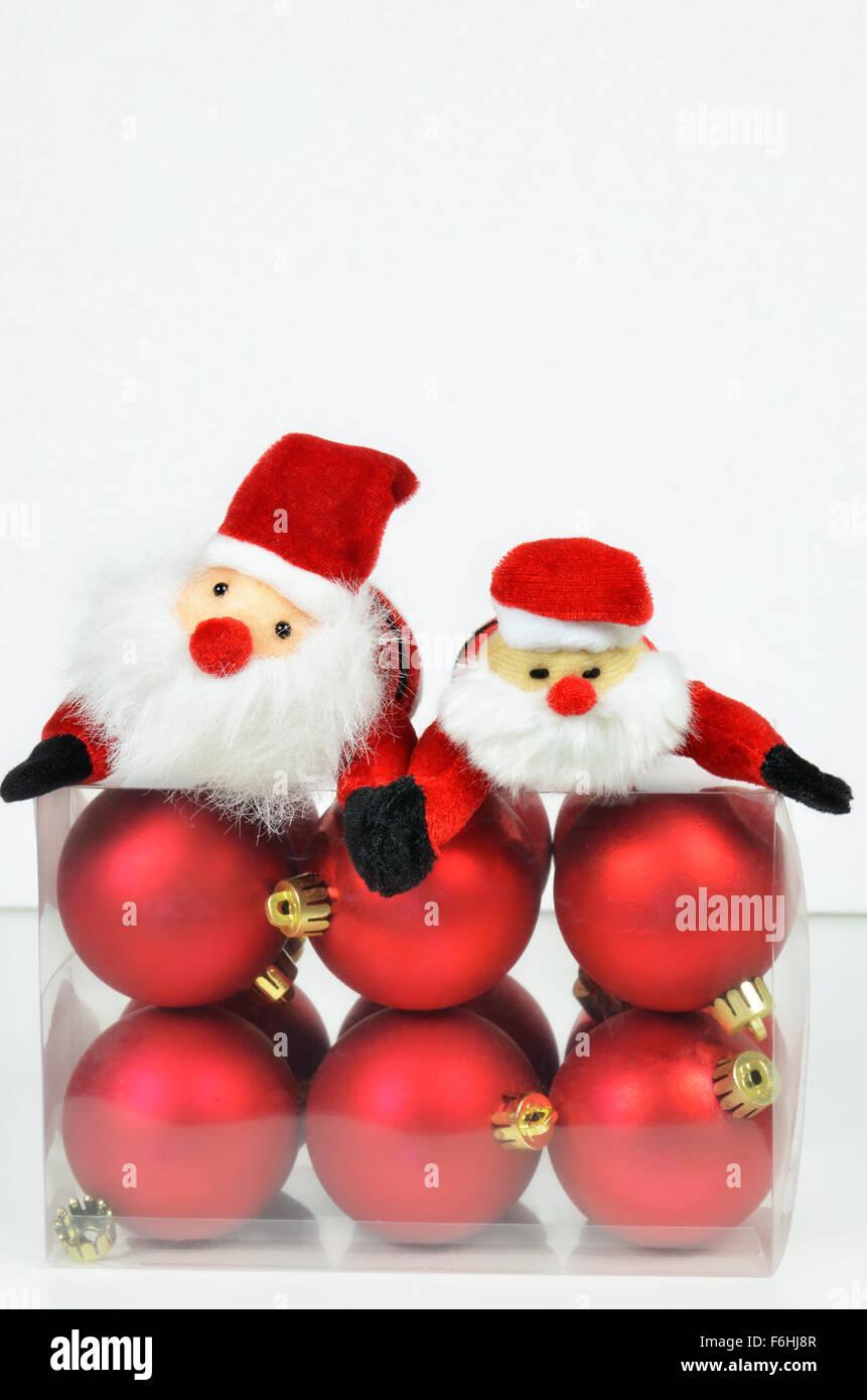 Box Christbaumkugeln.Nahaufnahme Einer Kunststoff Box Mit Rote Christbaumkugeln Und Zwei