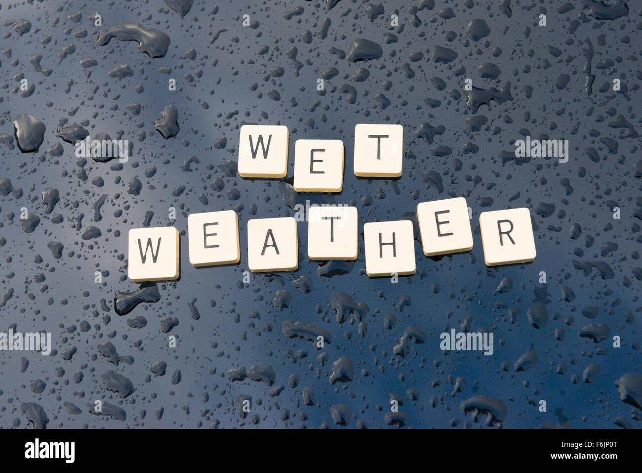 """""""Nässe"""" dargelegt auf einen Regen durchnässt Motorhaube. Stockbild"""