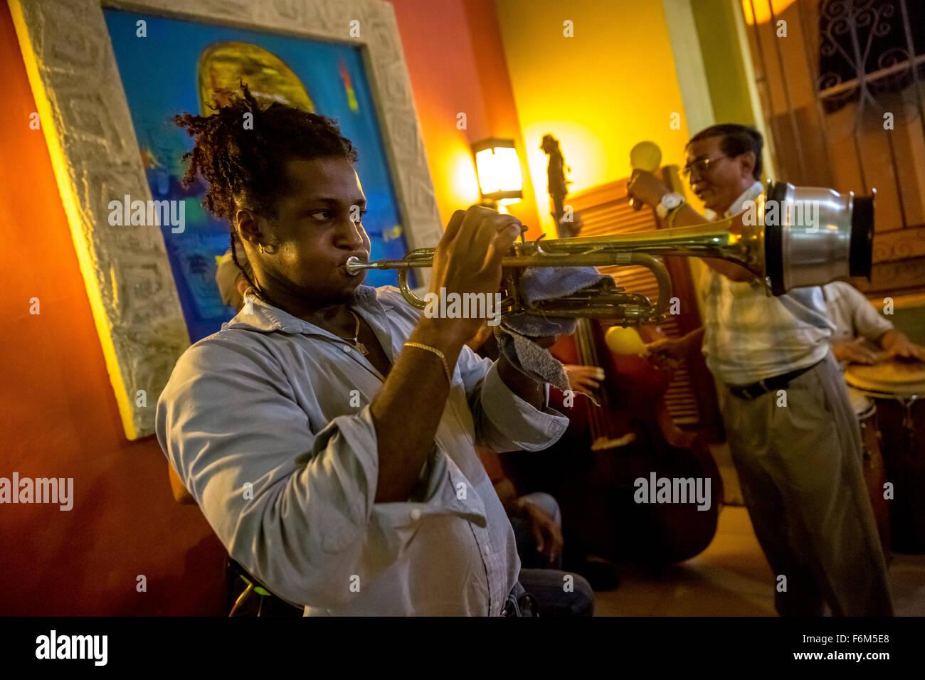 Musiker in eines der vielen Musikbars und Restaurants von Havanna Musik, Trompeter mit Dämpfer erfolgt in einer Stockbild