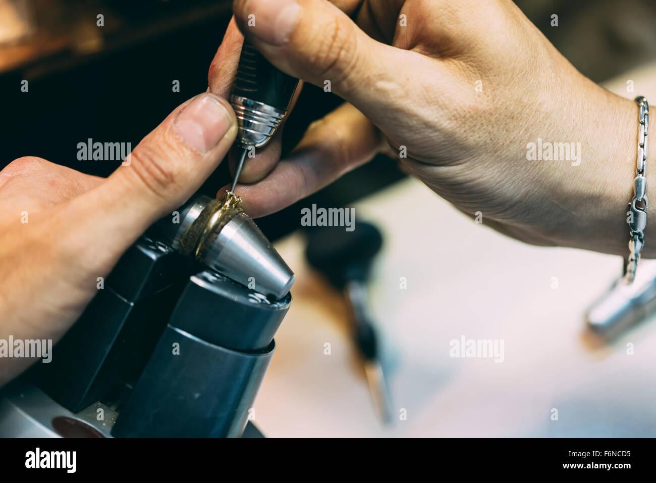 Ring wird repariert, gefertigt von goldsmith Stockbild