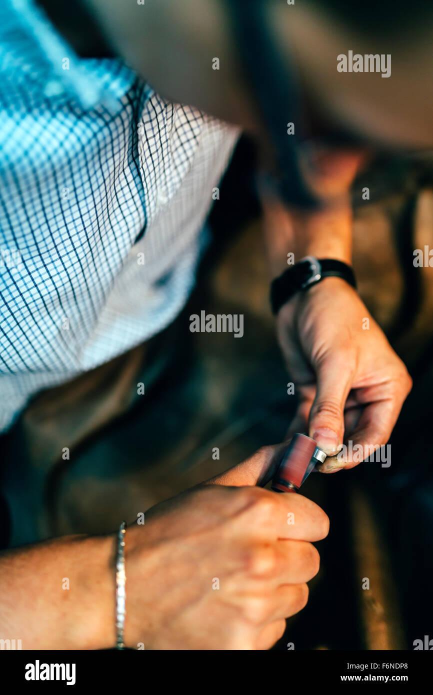 Schmuck Polieren Ring im Workshop mit geeigneten Instrumenten Stockbild