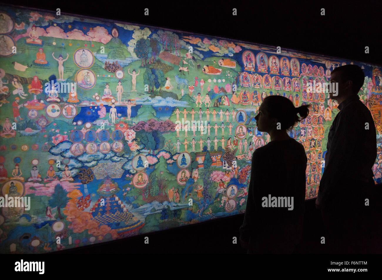 Im Bild: Wellcome Collection Mitarbeiter Betrachten Die The Lukhang  Wandmalereien Von Meditationsraum In Der Lukhang, Vom Fotografen Thomas  Laird.