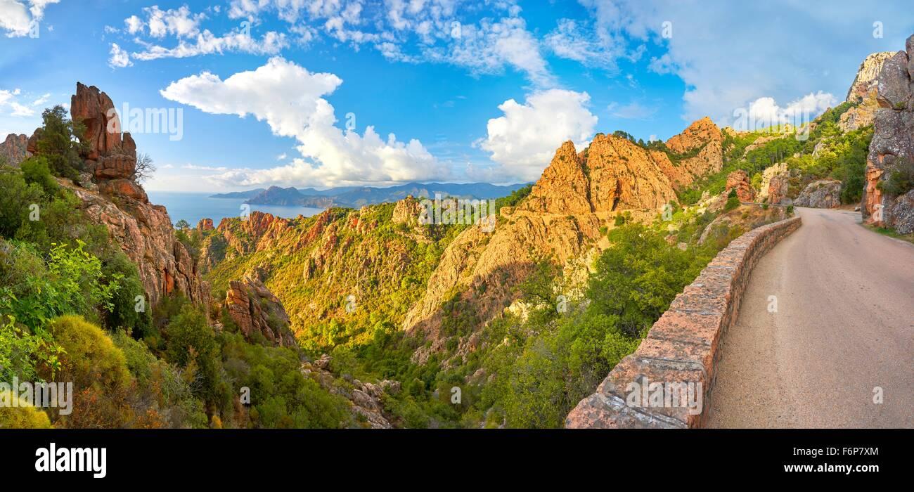Landschaft mit Bergstraße durch den Calanches de Piana, Korsika, Frankreich, UNESCO Stockbild