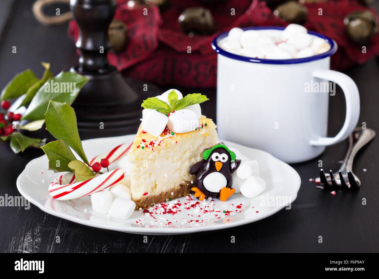 Stück Käsekuchen New York festlich dekoriert für Weihnachten Stockbild