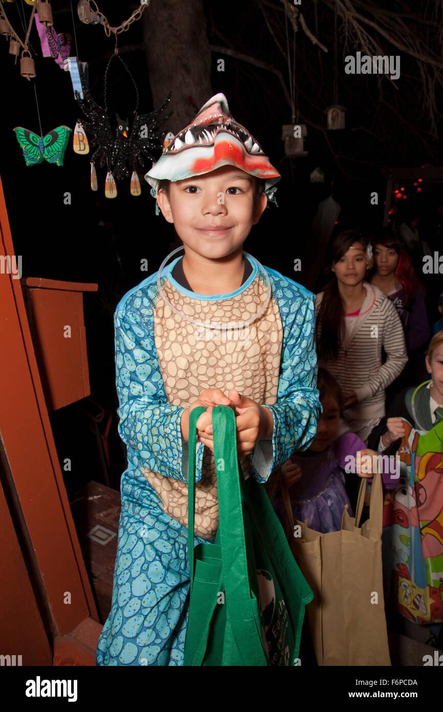 Asiatisch-amerikanische Jungen in ein Halloween-Kostüm-Süßes oder ...